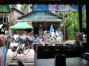 ร้านข้าวทั่วไปในเมียนมาจะมีน้ำชาให้ทานฟรี