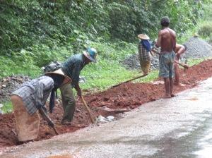 พวกเขาทำงานหนักไม่มีอุปกรณ์อำนวยความสะดวกแต่ก็สู้อดทนทำเพื่ออนาคตประเทศและลูกหลาน