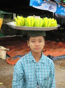 Mujer Birmana con mango en la cabeza