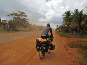 ถนนที่เต็มไปด้วยฝุ่นและชาวบ้านก็ใช้ชีวิตกับมัน