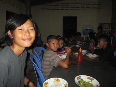 อาหารเย็นกับเด็กๆกำพร้า พวกเขาทานข้าวกับผักเป็นเรื่องปกติ แค่นี้ก็ดีแล้วยังมีชีวิตอยู่ได้ในวันพรุ่งนี้